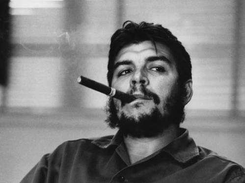 курит сигару Че Гевара